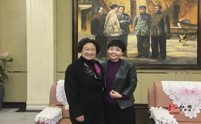 任弼时儿媳娄惠平向任弼时纪念馆捐赠一批珍贵文物